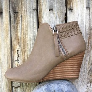 Report Greer Wedge Bootie Leather Camel 7